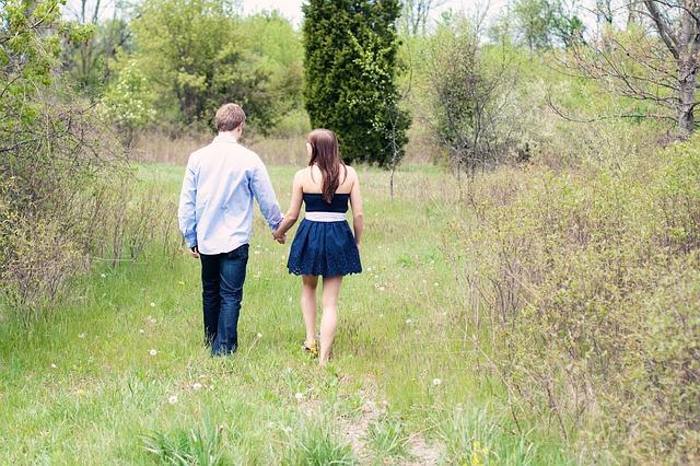 romantic couple walks ile ilgili görsel sonucu